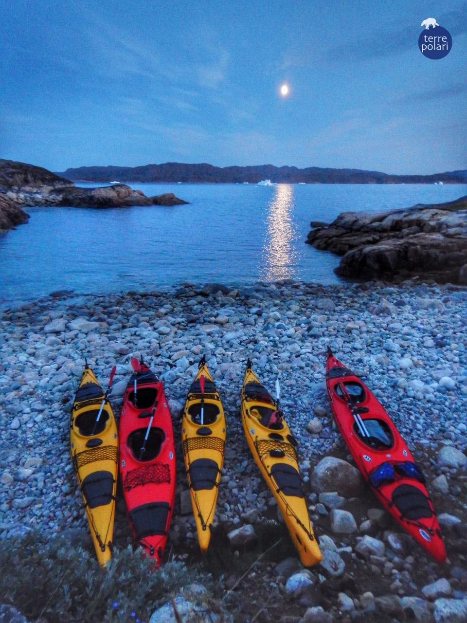Foto Calotta Polare Autore : Andrea Mondonico Viaggio Kayak e trekking Groenlandia 8 gg 2015 Categoria 'spirito di esplorazione' Splendida luna piena all'arrivo della spiaggia nel fiordo delle balene