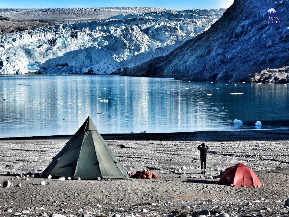 Foto Calotta Polare Autore : Lorenza Olivieri Viaggio Kayak e trekking Groenlandia 8 gg 2015 Categoria 'spirito di esplorazione' Foto scattata al risveglio presso il campeggio nella spiaggia di fronte alla calotte polare
