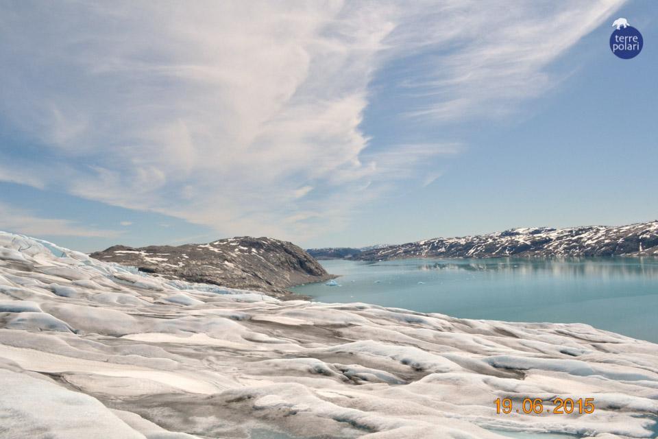 """1)Categoria - Foto """"spirito d'esplorazione"""" Autrice della fotografia: Bianchin Lisa Viaggio in cui è stata scattata: Groenlandia – Le meraviglie della Groenlandia in 8 giorni Data della fotografia: 19/06/2015 Luogo in cui è stata scattata: durante l'escursione con i ramponi sulla calotta  Breve descrizione personale della fotografia:  Il paradiso terrestre.  Immacolata, nuda e vera.  Sono queste le emozioni che mi pervadono il corpo mentre, ammagliata da tanta bellezza, tento di rimanere aggrappata con i ramponi a questo immenso """"cuore di ghiaccio"""" del nostro pianeta. Un cuore che senti pulsare ad ogni passo che fai.  Un cuore che ti accoglie e ti mostra le sue meraviglie senza nulla chiedere, facendoti solo capire con una dolce carezza del sole, che è nostro dovere proteggerlo."""