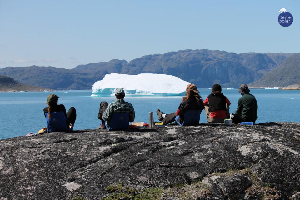 """FOTO 3 PRANZO CON VISTA_BELTRACCHINI 3 -AUTORE Mauro Beltracchini -viaggio Kayak 15 giorni in Groenlandia, gruppo internazionale 15-31 Luglio 2014 Descrizione foto Stiamo giungendo alla fine del nostro tour in kayak; è una delle giornate più calde (la temperatura supera i 18-20 gradi!), il fiordo assume i colori intensi del nostro mare e i salici artici ricordano la macchia mediterranea….ma ci sono gli iceberg a ricordarci dove siamo; dopo aver pagaiato tutta la mattina, siamo giunti a destinazione, prima di montare le tende possiamo spaparanzarci su una bella roccia montonata ricca di licheni per goderci il buon pranzo con vista indimenticabile.   - Categoria foto - Foto """"stile libero"""""""