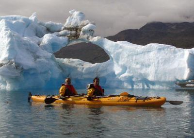 groenlandia kayak entre icebergs Tierras Polares